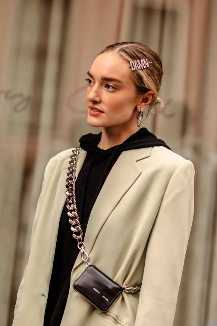 Photo of Pannebånd, pinner og satengbuer: Hårtilbehør tar over NYFW Street Style