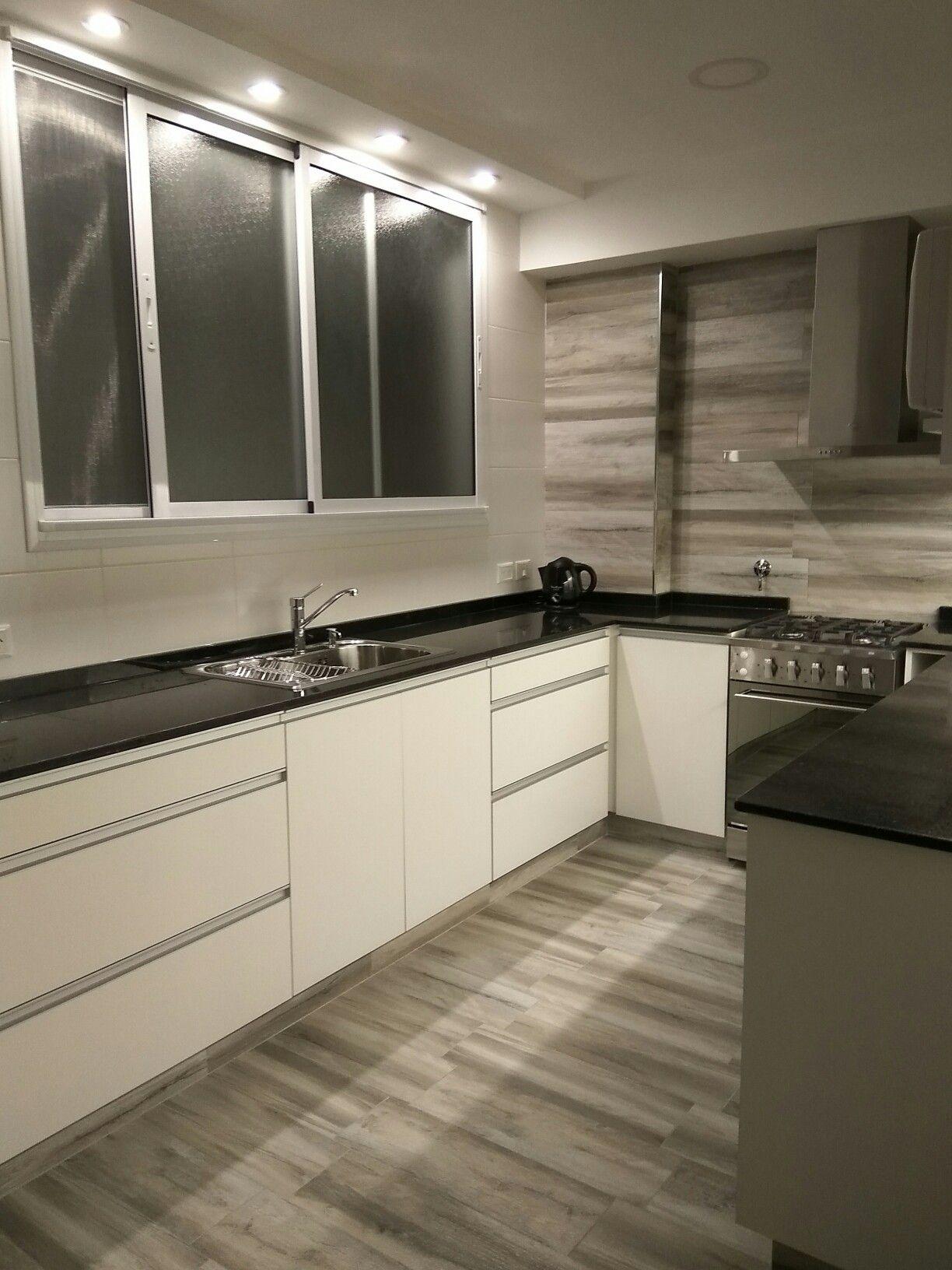 2017. Cocina moderna con mesada negro Brasil, muebles de melamina ...