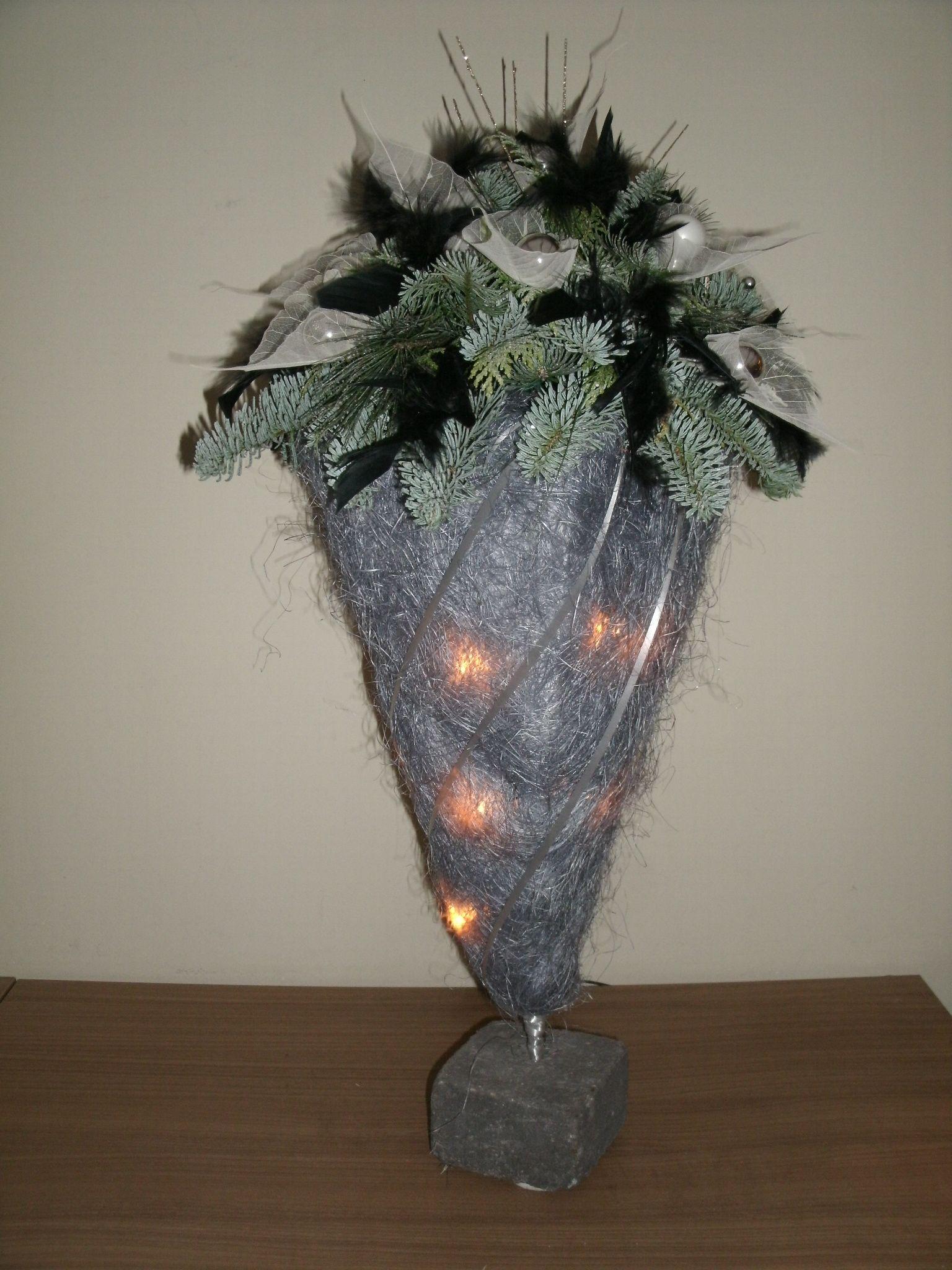 Sisal punt met verlichting op steen met kersttakken, balletjes ...
