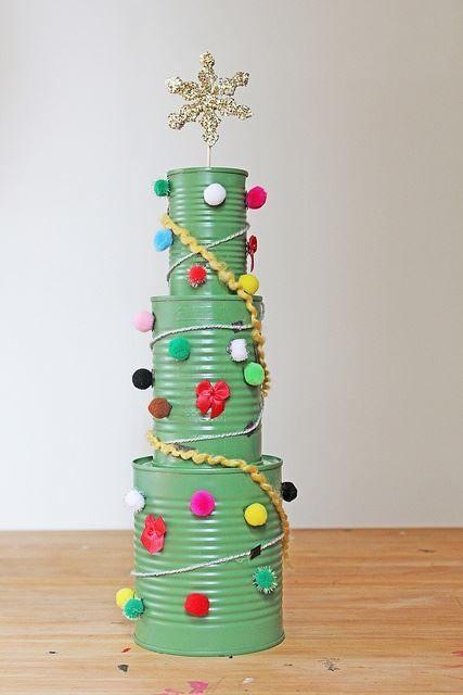 Arbolito hecho con latas recicladas. | Adornos de navidad reciclados,  Adornos navideños reciclados, Manualidades