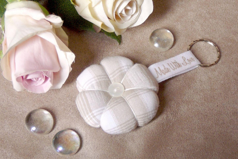 Porte clefs fleur japonaise tissus carreaux beige porte - Comment faire un cale porte en tissus ...