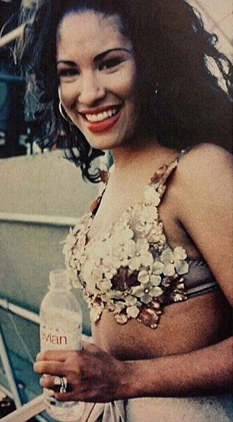 I Love How Her Wedding Ring Looks In The Picture Selena Quintanilla Selena Selena Quintanilla Perez