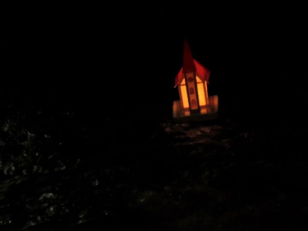 Einzelnes Kirchlein verschwindet leuchtend in der Nacht (Kirchleintragen in Bad Eisenkappel, Ante Pante)
