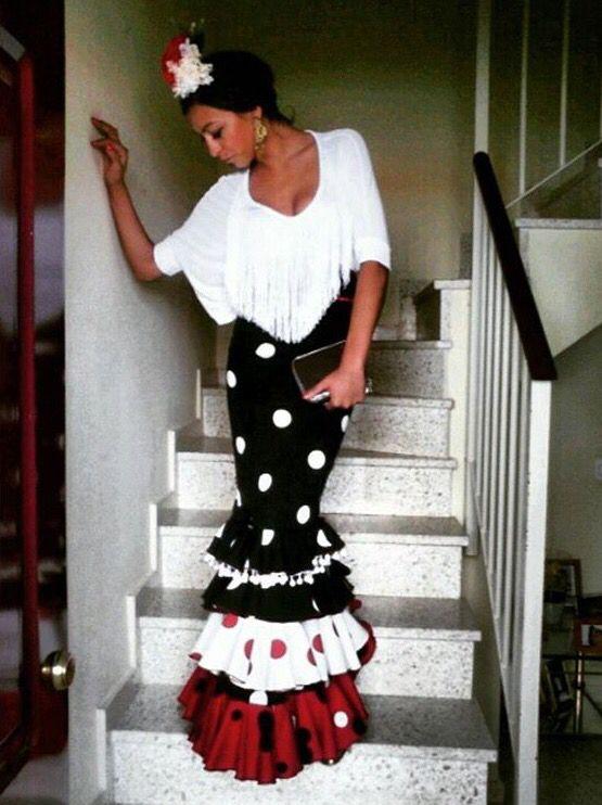 d7f335fff Traje de flamenca de falda negra con lunares blancos y camisa blanca ...