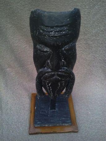 XINESSE NEGRA Tela metálica moldeada revestida con yeso,  pintada en negro con pátina efecto porcelana y acabado barniz transparetente mate resistente. Base en DM barnizado con tinte nogal.