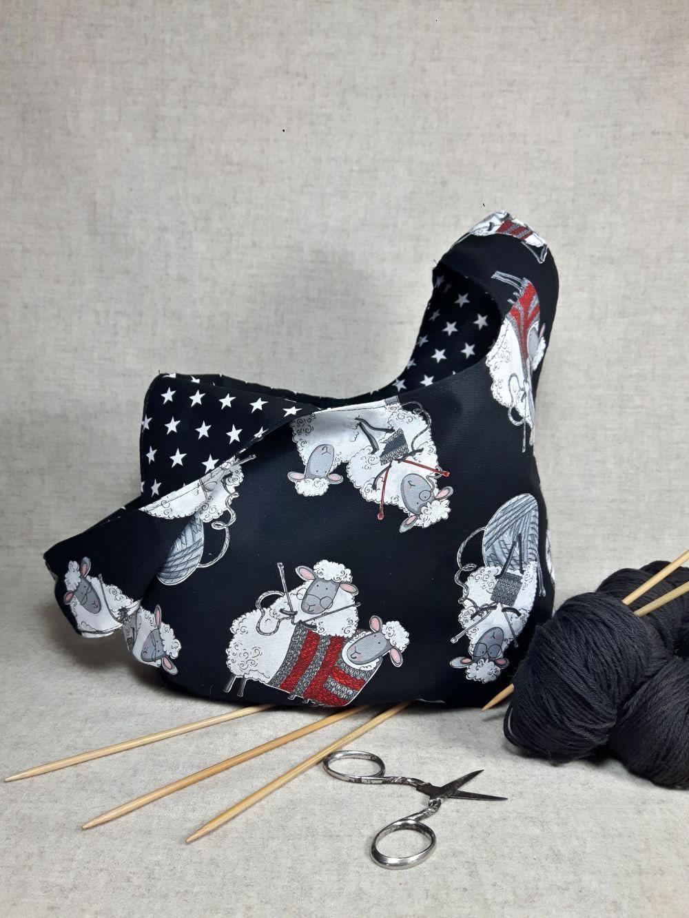 Wendetasche mit Motiv: Strickende Schafe, Innenseite Sternchen, schwarz und…
