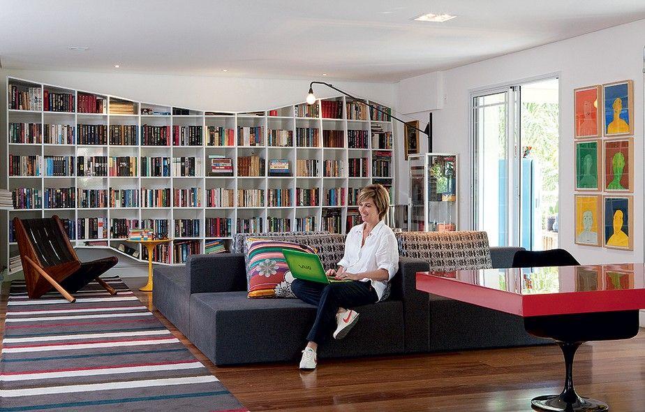 O sofá tem vista para todos os lados na sala da artista plástica Dedéia Meirelles. Dali é possível ver a varanda, a sala de jantar ou a esta...
