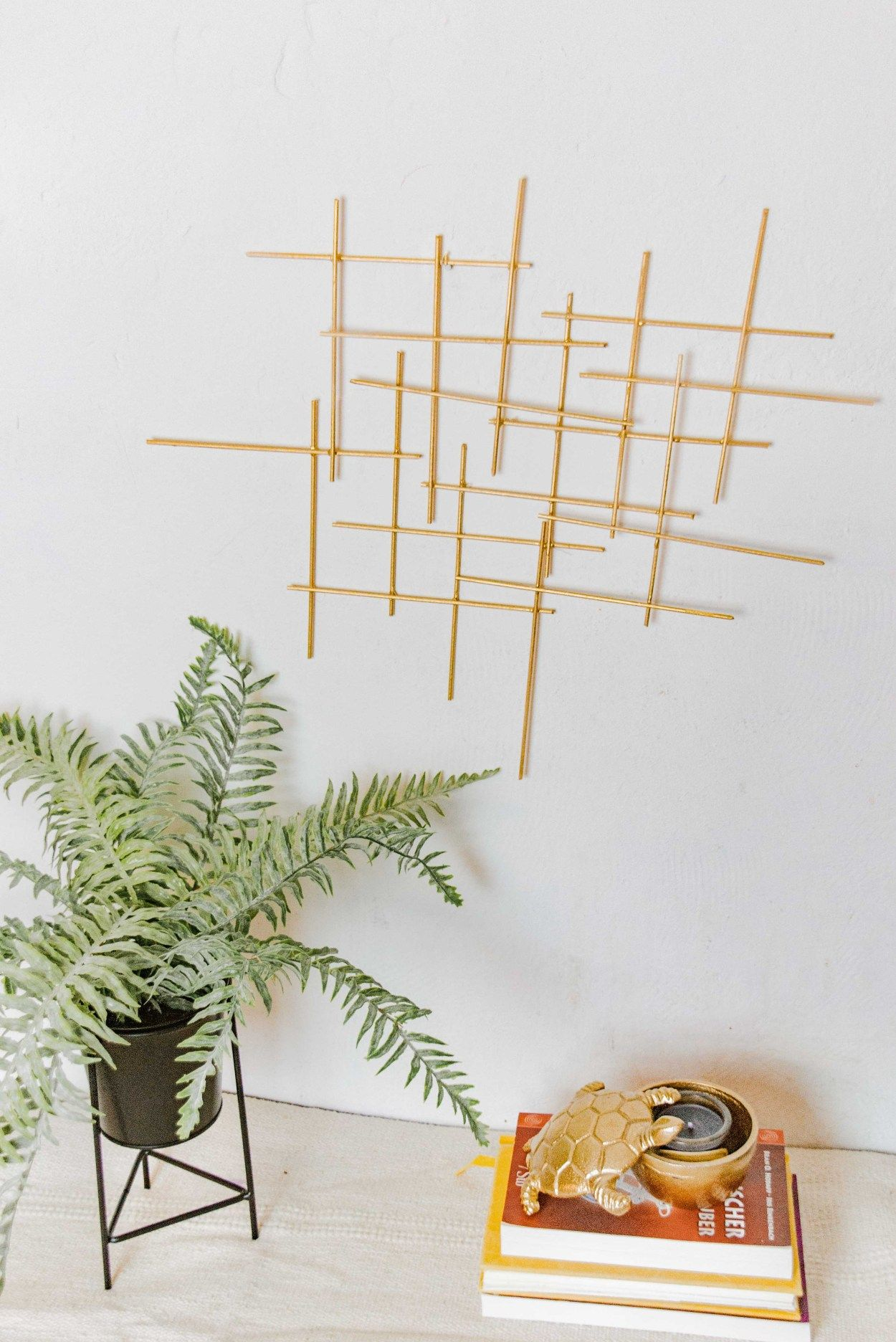 diy wanddeko in gold deko selber basteln juliatothefullest bilderrahmen selbstgemacht wanddekoration badezimmer wandobjekt metall