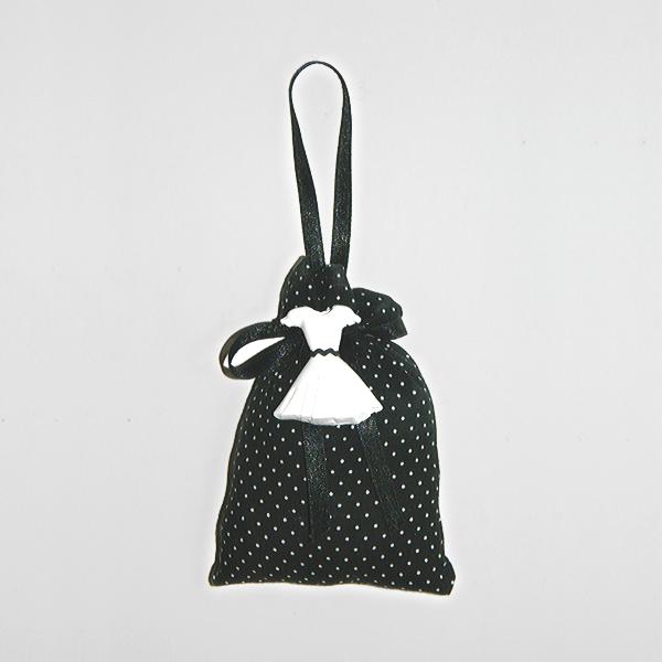 """Coussin de porte en forme de sachet agrémenté d'un petit plâtre représentant une petite robe. Le plâtre est parfumé avec la senteur """"Marquise"""" de Mathilde M."""