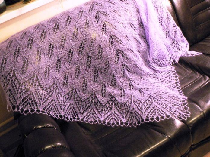 Sciali ai ferri realizzati con punti traforati e lana sottile. Lavoro che  deve rimanere soffice e che destinato a delle esperte in quanto i punti  sono abba 7dc5d1ce3556