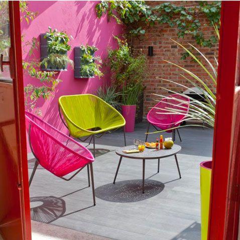 Chaises Et Table De Jardin Aux Couleurs Vives Pour Un Ete Tendance Home Goods Decor Fun Decor Outdoor Decor