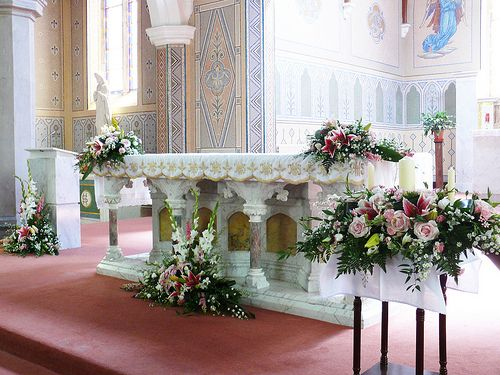 Wedding church alter flowers em pinterest wedding for Altar wedding decoration