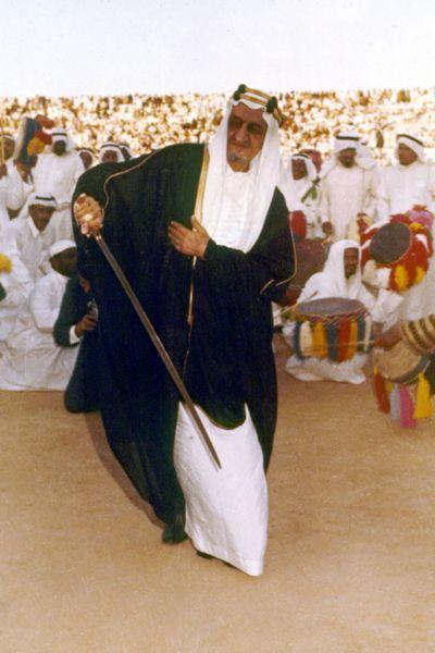 صورة نادرة للملك فيصل أثناء الاحتفالات بعيد الفطر وسط أفراد من العائلة الملكية سنة 1972 King Faisal Arabian Women National Day Saudi