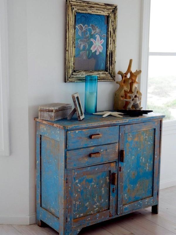 Mueble de madera pintado de color azul decapado