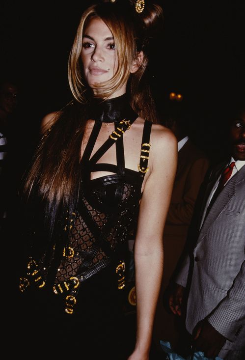 Flash back: le style Versace dans les 90s   Cindy Crawford   Modèles des années 90, Idées de ...