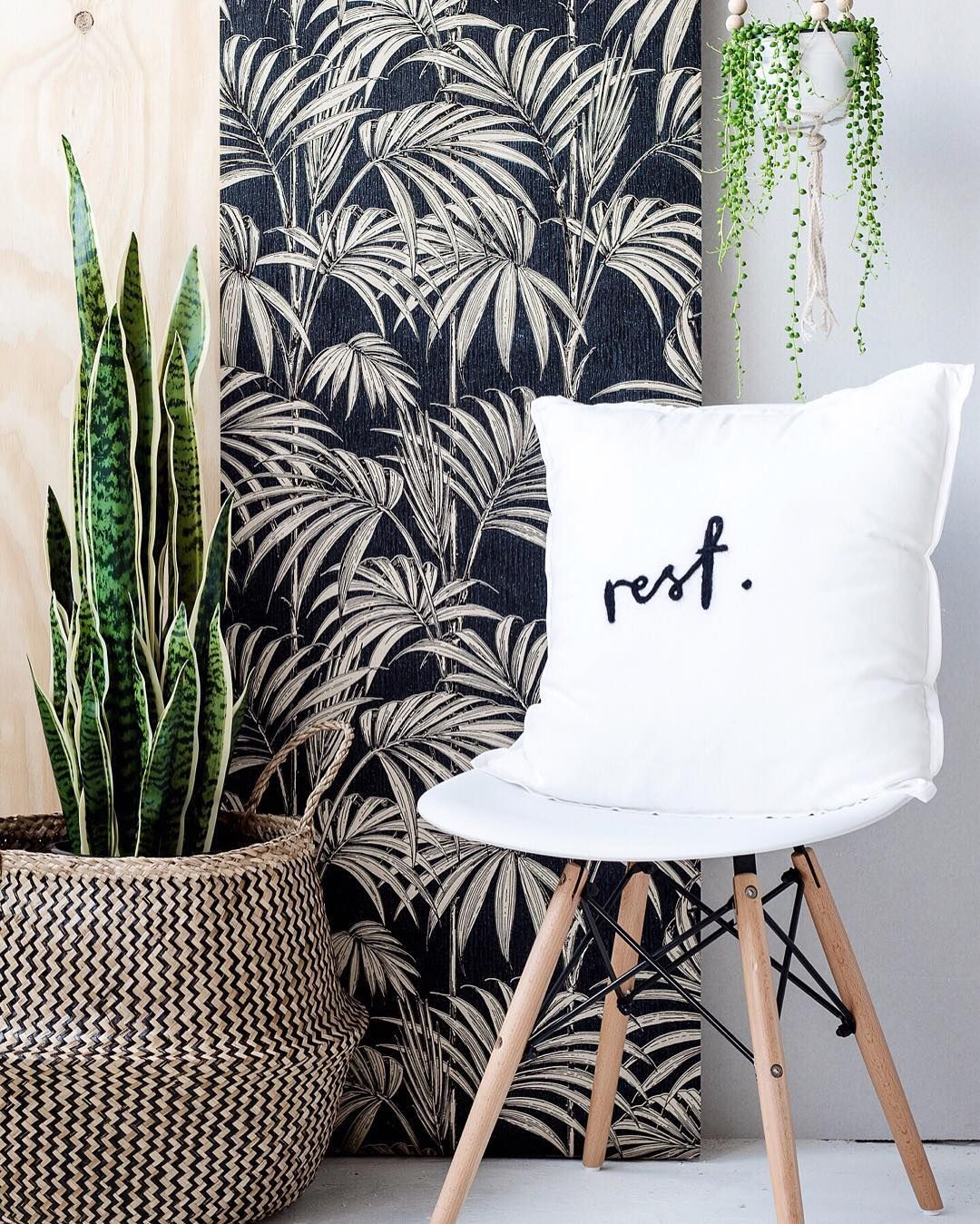 Is it just me or are we all crushing hard on botanical prints right now? I can't help but love the leafy look that is decorating the coolest of walls at the moment. If you love this look as much as me you're in for a treat. I'm partnering with @grahamandbrown and @bandq_uk to host a giveaway and share the plant love! You could WIN two VIP tickets for @JulienMacdonald at Feb 2017 #FashionWeek AND eight rolls of this sensational @GrahamandBrown @JulienMacdonald Honolulu black and gold foliage…