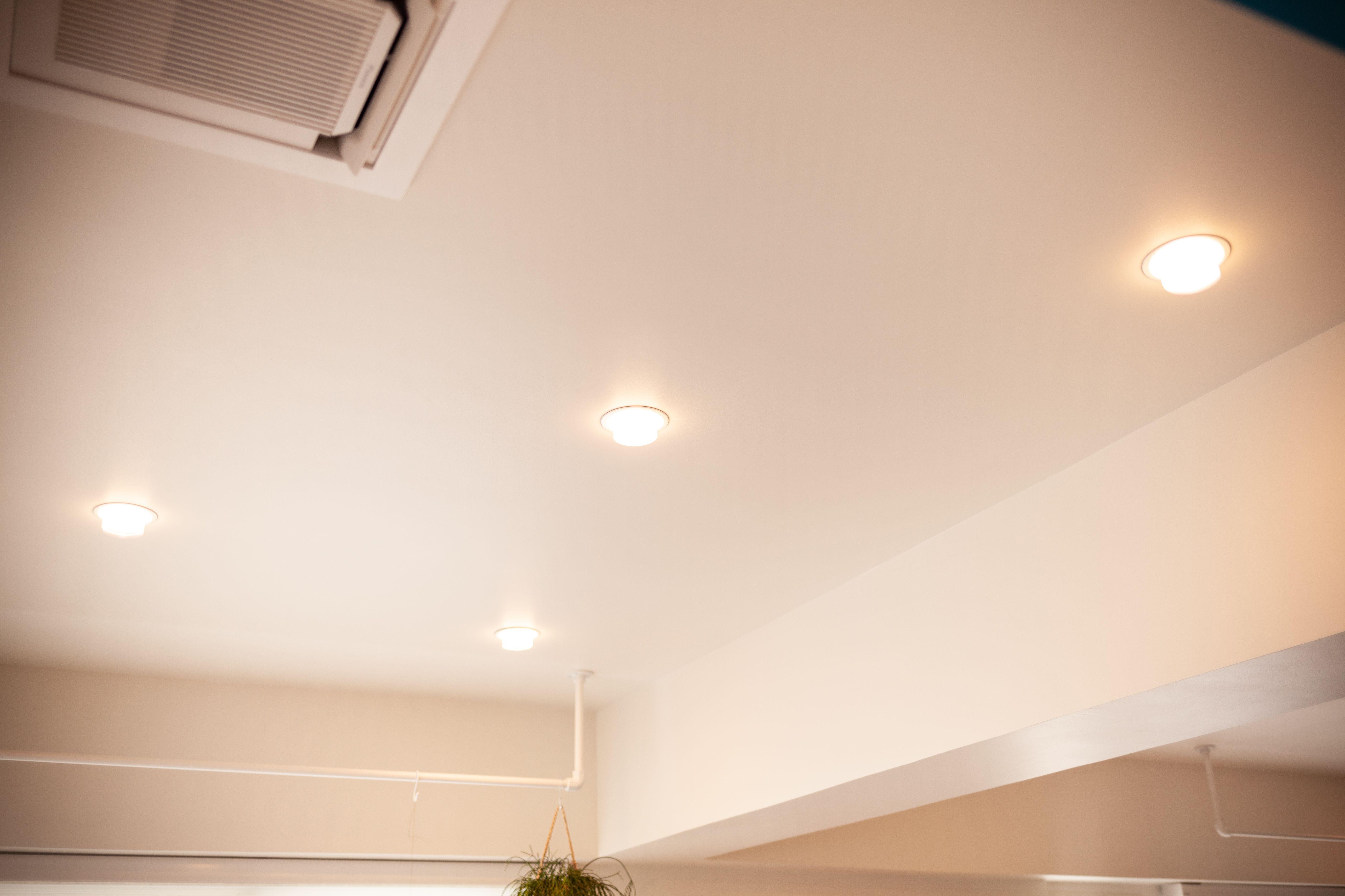 天井の埋め込み式のライトは 古いホールやホテルのホワイエなどで使