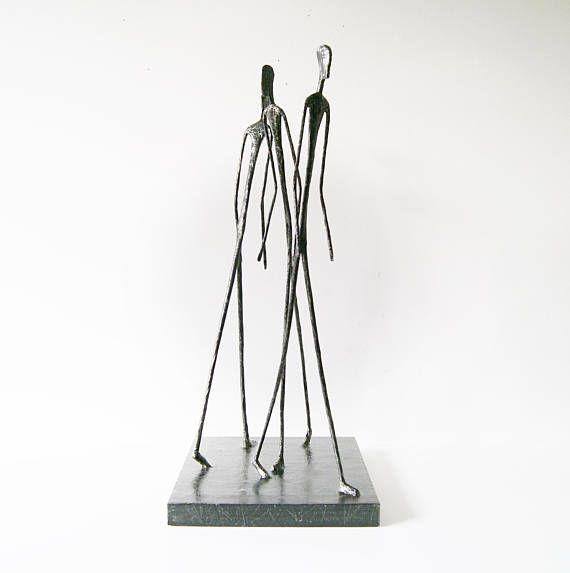 Pappmache Dekoobjekt auf Sockel Figur abstrakt Kunstfigur