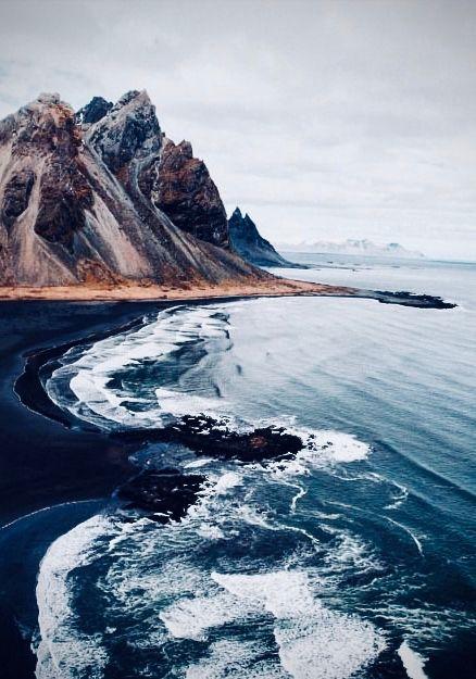 Schwarzer Sand Küste mit Bergen