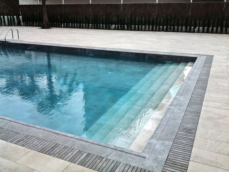 Escalera de piscina de cer mica rosa gres piscinas for Escaleras de piscina