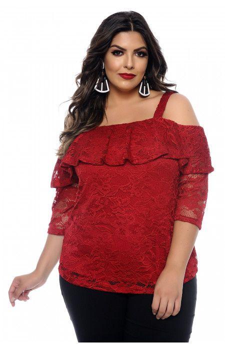 0840897d3 Blusa plus size vermelha confeccionada em renda com forro. Decote ombro a  ombro com babado