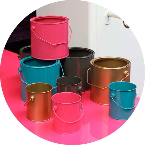 d 39 anciens pots de peinture repeints en guise de rangement. Black Bedroom Furniture Sets. Home Design Ideas