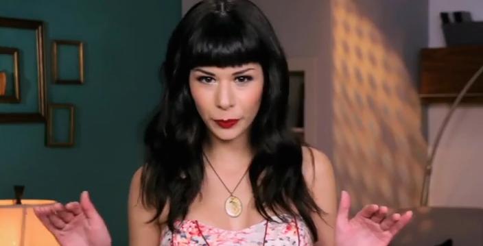 Maquillaje y cabello de alto contraste oscuro.