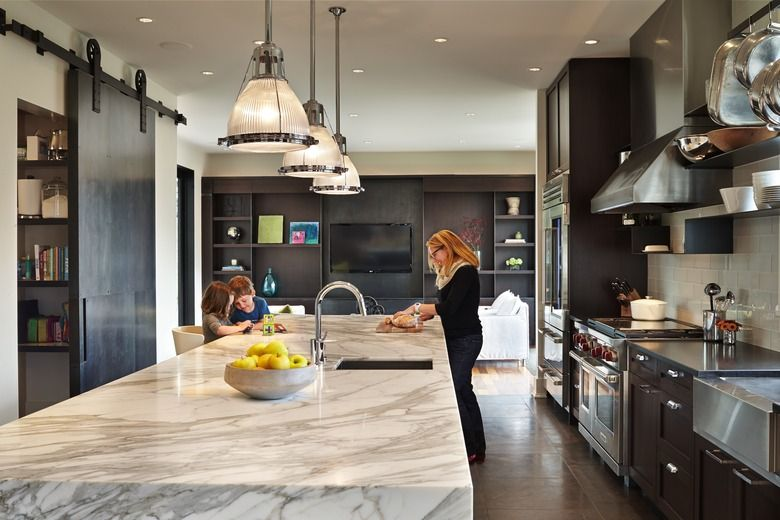 Incroyable Gay Gilmore Works At The Marble Topped Kitchen Island While Hudson And Eva  Perch On Easy To Clean Bar Stools From West Elm. The Footprint Remains Tu2026