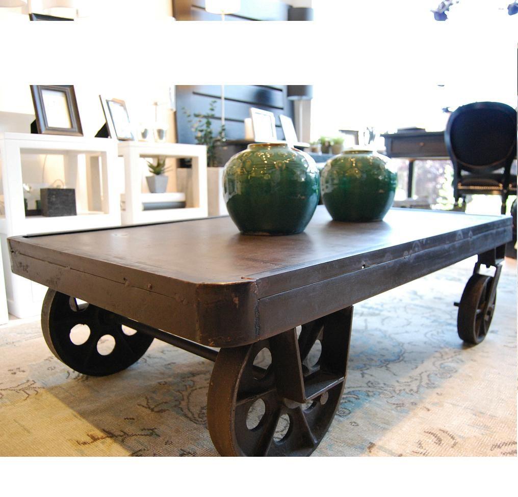 Un elemento a tener en cuenta puede ser una simple mesa baja con 4 ruedas de tipo ferroviaria o - Mesa centro ruedas ...