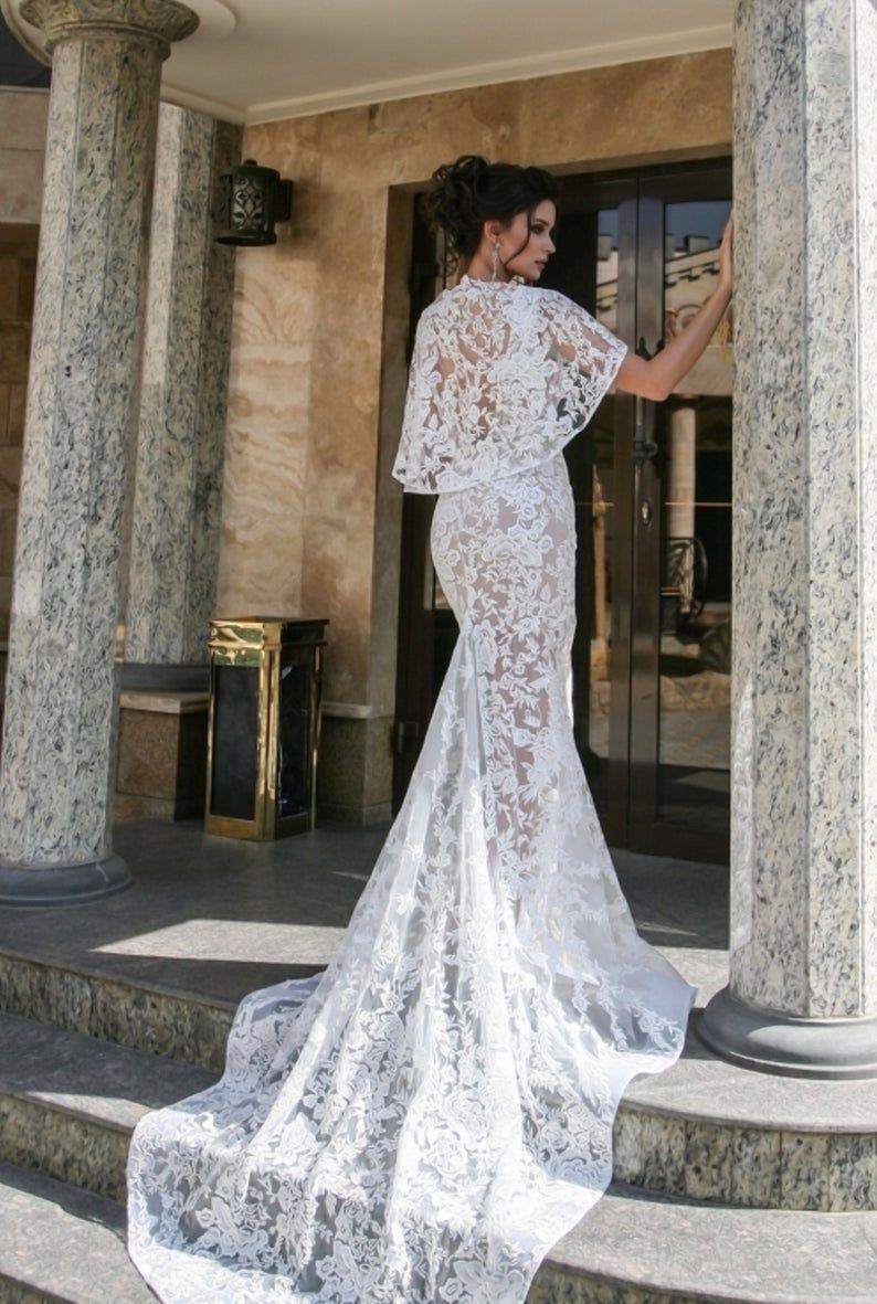 Vestido de novia escote pico, capa extraíble con encaje floral, vestido de novia con espalda abierta y cola larga  – Boda