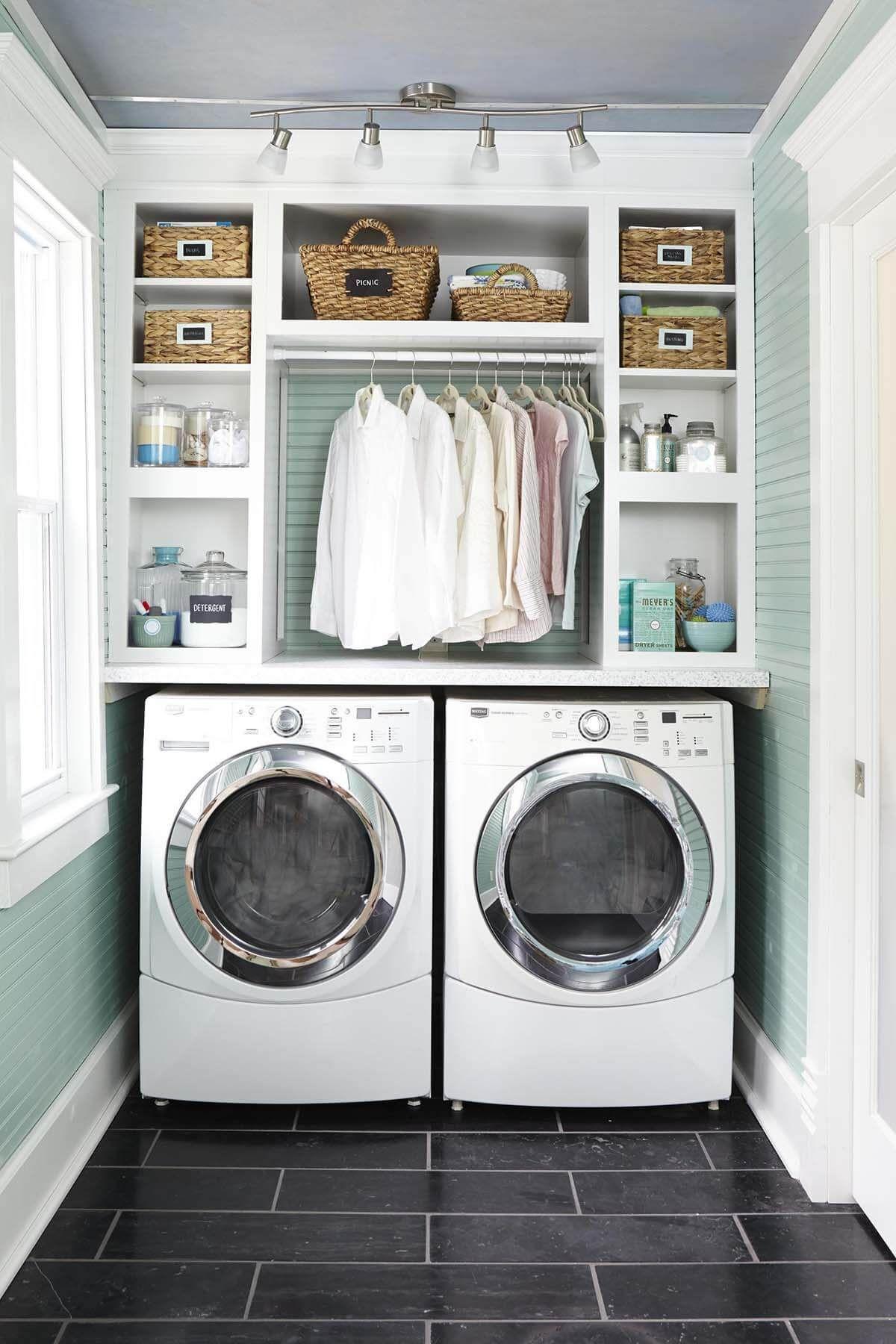 Photo of Tolle Möglichkeit, Kleiderbügel (zum Trocknen von Kleidung) in einen winzigen Waschraum zu bringen.