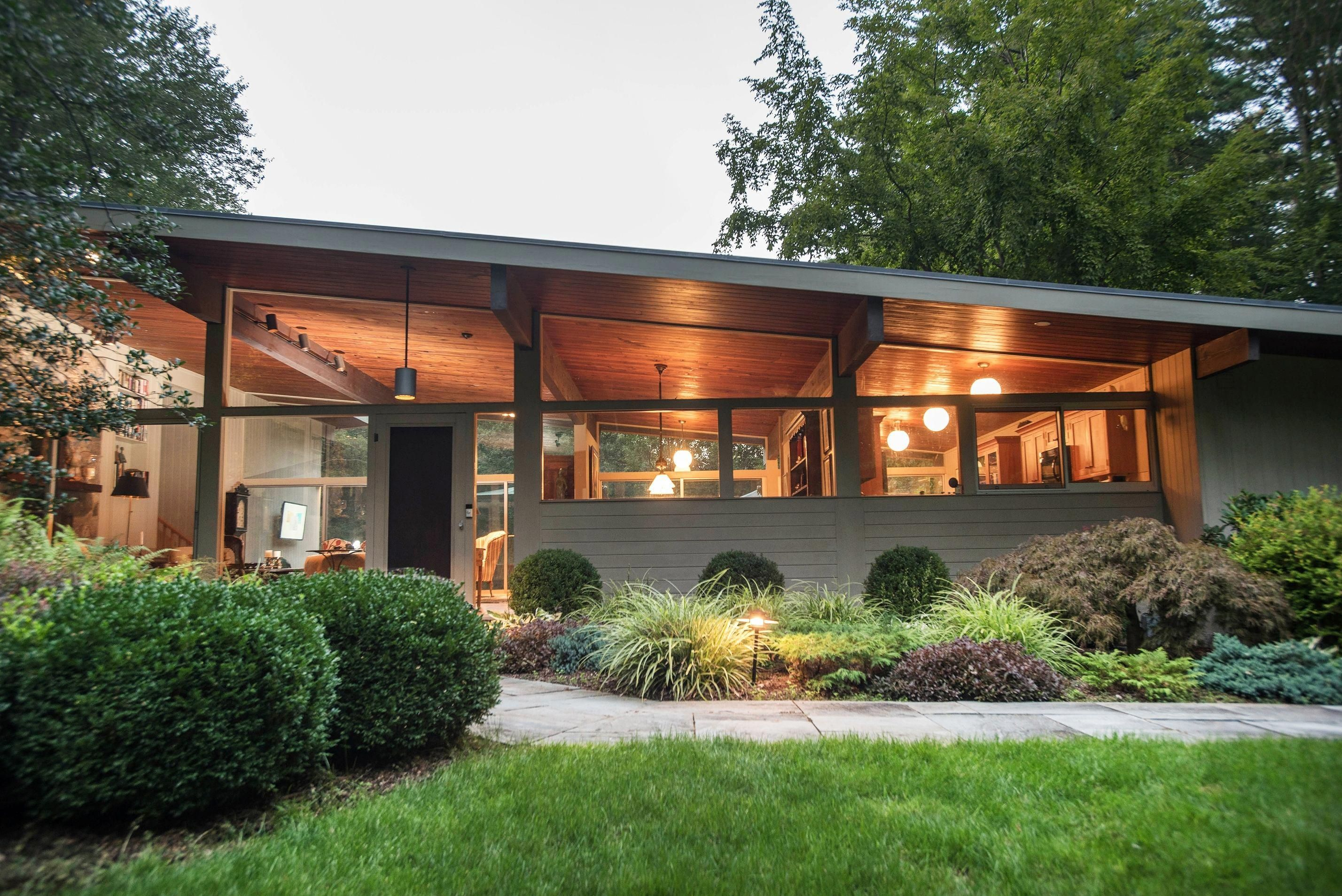 The Angled Roof Of The Post And Beam Construction Modernhomedesigns Mid Century Modern Exterior Mid Century Modern House Modern Exterior