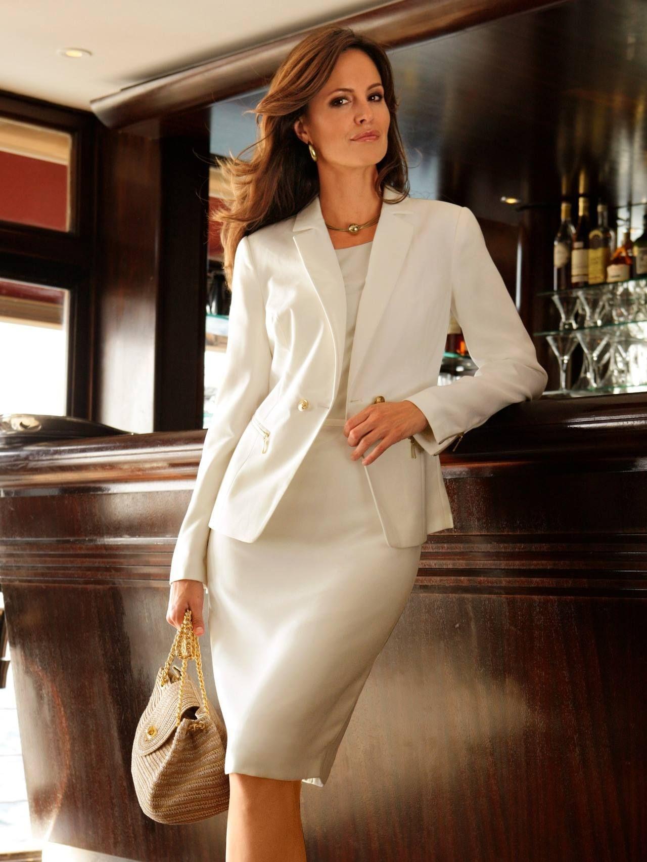 336634fe29 Fehér kosztüm fehér blúzzal - nappali alkalmakra tökéletes viselet. A  szoknyához és blézerhez jól lehet üde színű topokat venni, az is jó  összképet mutat.