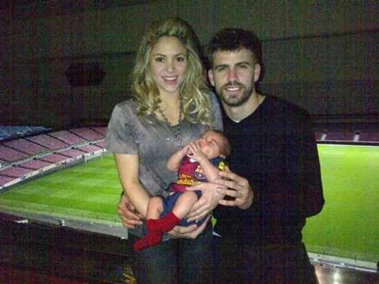 Primera foto de Shakira y Piqué con el pequeño Milan #futbolistas #cantantes #famosos #babies #people #celebrities