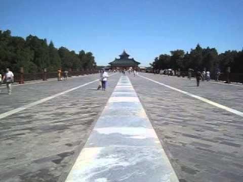 Taivaan temppelin perspektiivi. Takana oleva Hyvän sadon puolesta rukoilemisen halli sulautuu edessä olevaan rakennukseen. Taustalla kuuluu puistoon huvikseen kokoontuneiden ihmisten laulua.