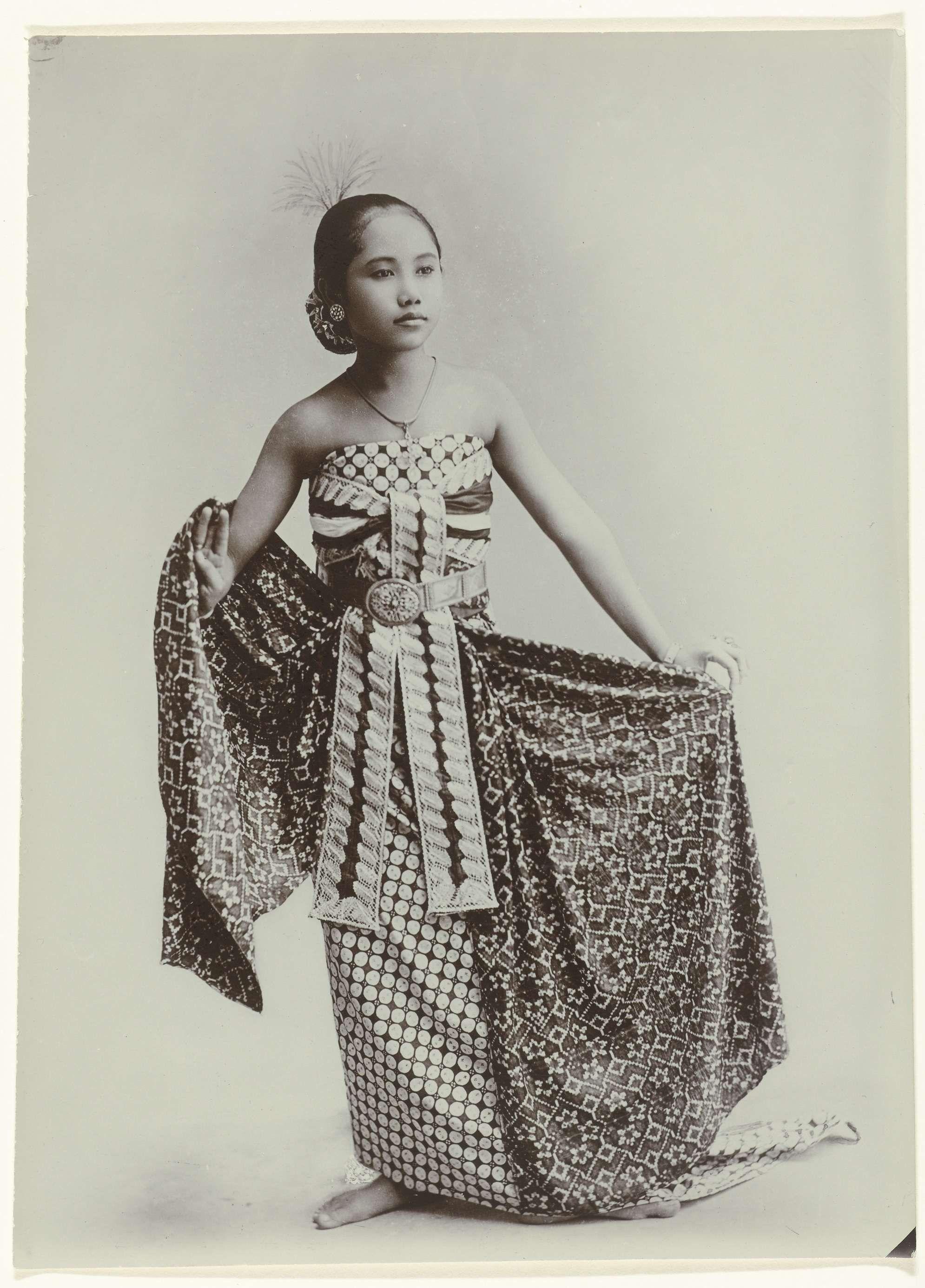 Portret van een jonge Javaanse vrouw in sarong Kassian Céphas ca 1867