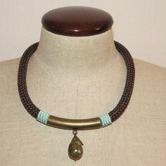 Collana tubolare marrone scuro con pendente in turchese