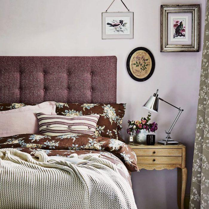 idee deco chambre adulte peinture murale rose tirant sur le violet tete de lit capitonnee bordeaux linge de lit marron a motifs floraux couverture gris