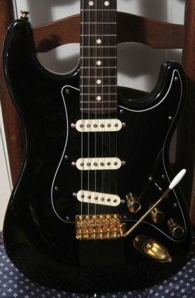 all black strat with gold hardware guitars in 2019 guitar music guitar cool guitar. Black Bedroom Furniture Sets. Home Design Ideas