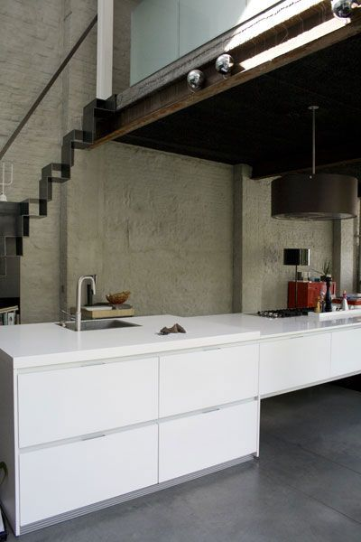 cuisine blanche sur mur briques peint à la chaux couleur taupe , sol
