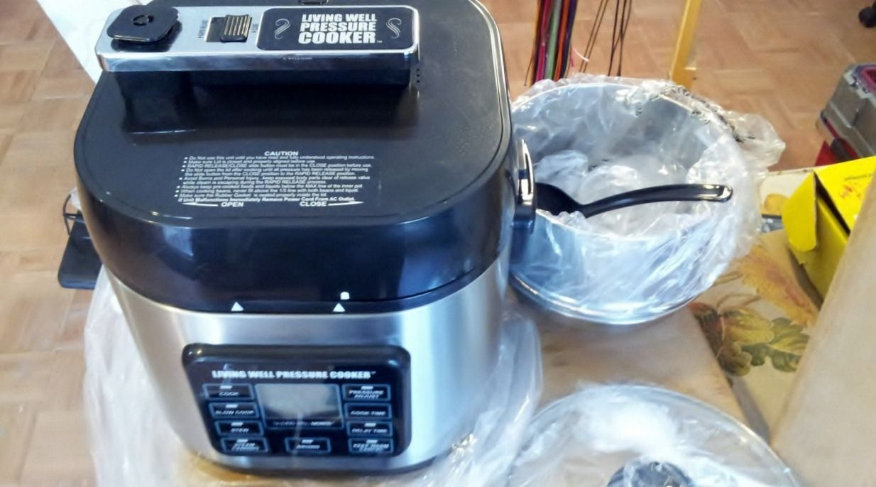 Easy to use and latest designed pressure cooker with 6 quarts is ...