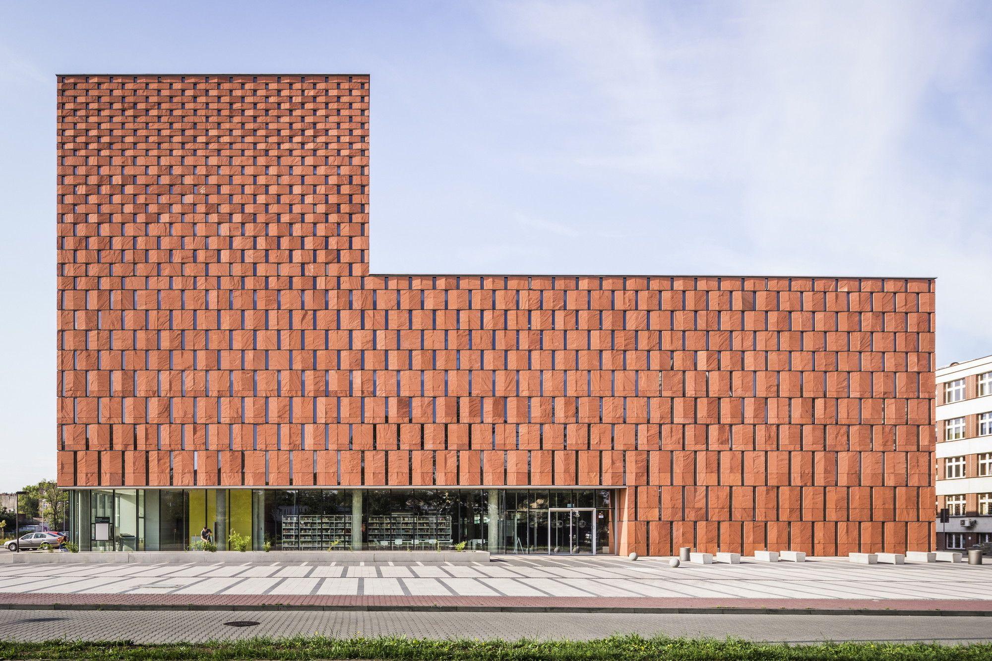 Construido por HS99 en Katowice, Poland con fecha 2011. Imagenes por Jakub Certowicz. En 2002, se lanzó un concurso por la Universidad de Silesia para el diseño de una nueva biblioteca que ofreciera un s...