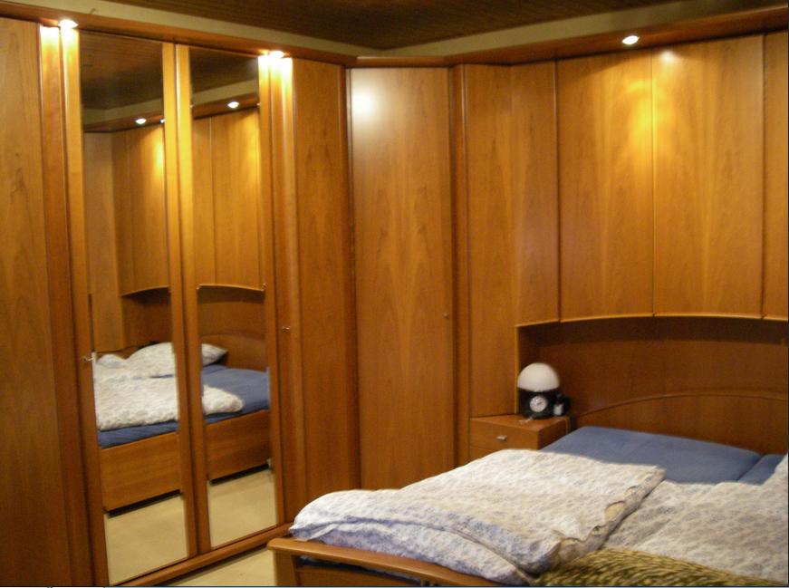 Schlafzimmer Mit Uberbau Betten Und Schranke Holz Schlafzimmer