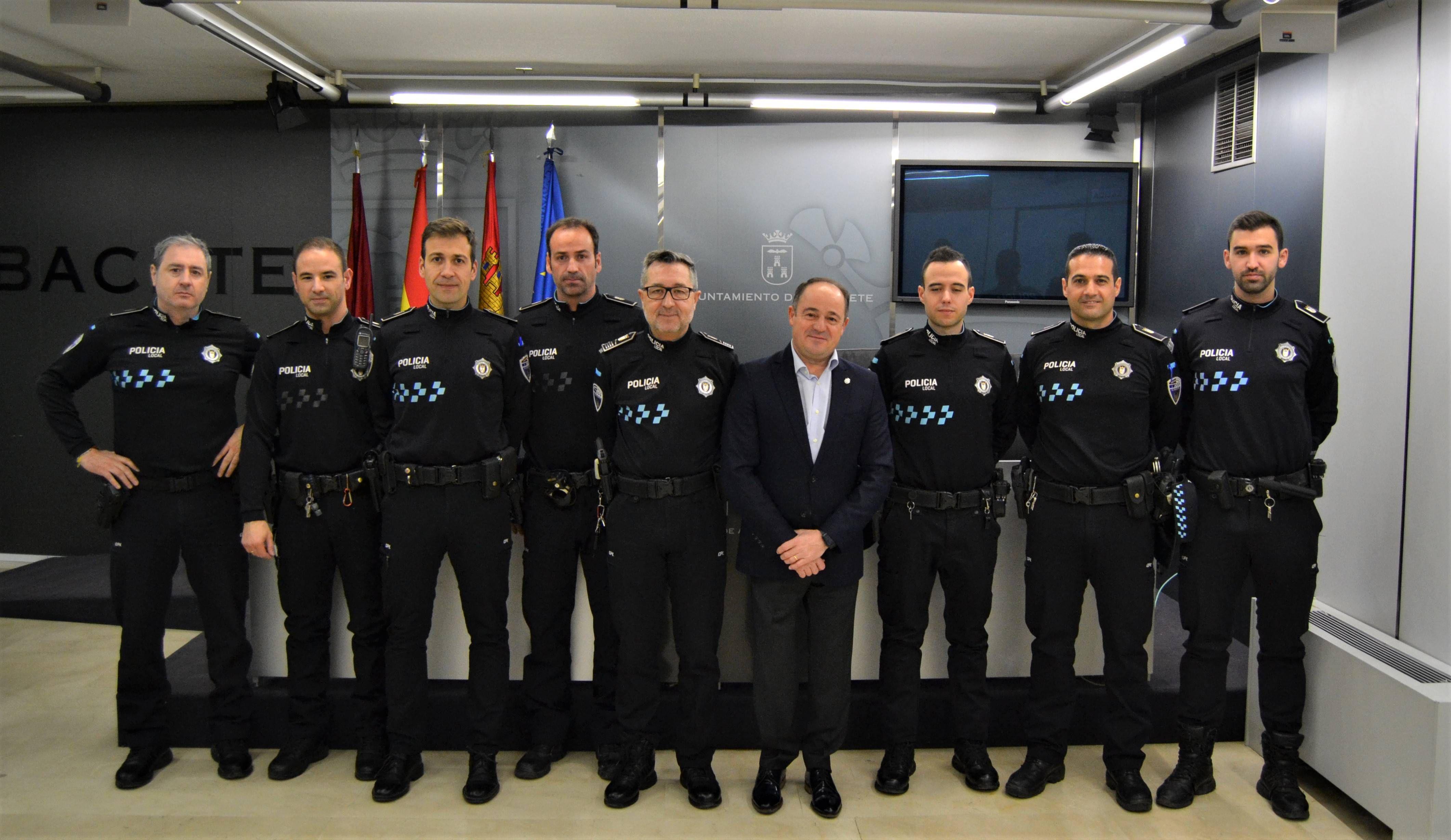 Siete Agentes Superan El Proceso Selectivo Para Ser Oficiales Del Cuerpo De La Policía Local De Albacete Policía Local Policía Gobierno Municipal