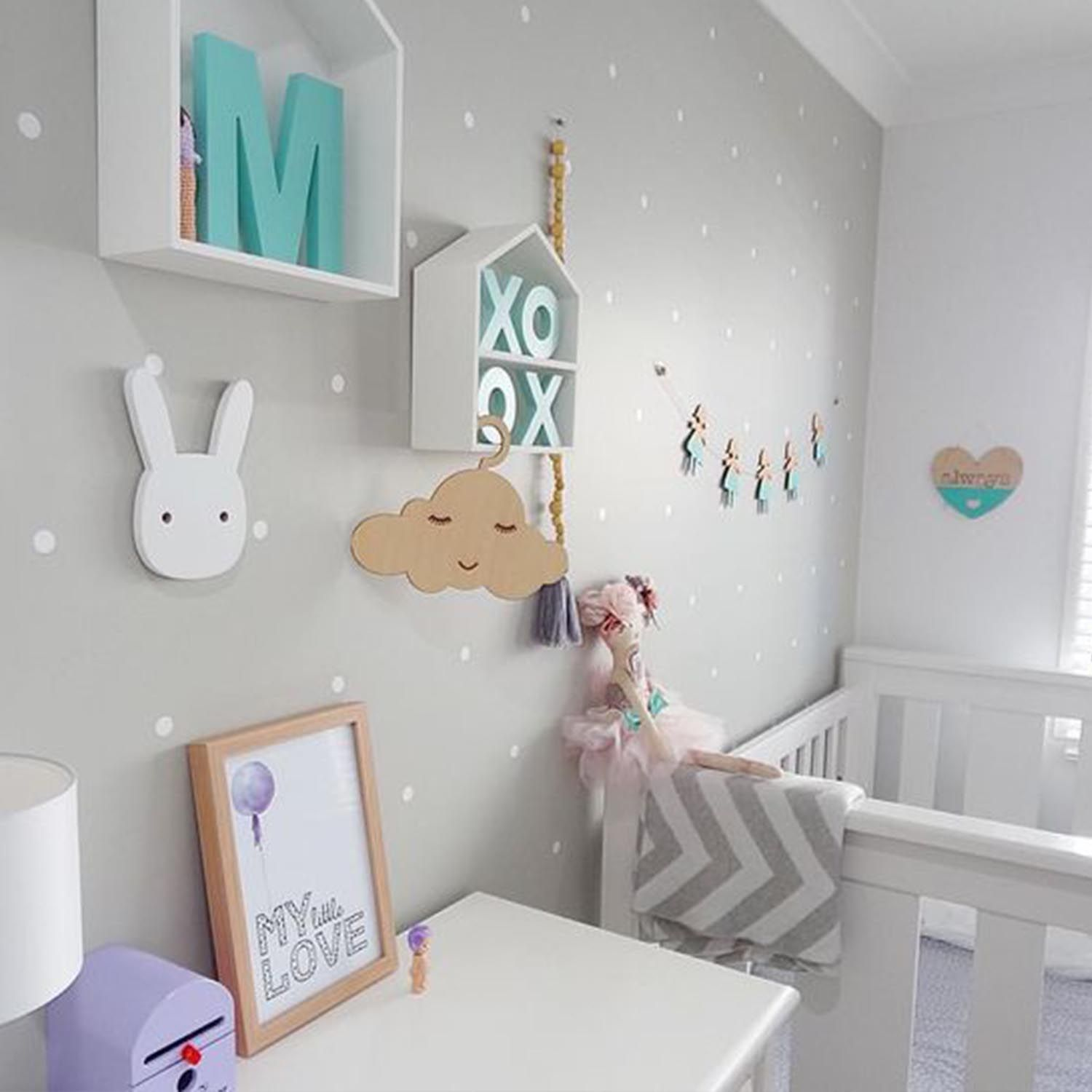 Ideas decoraci n habitaci n beb en gris mint y turquesa for Pared habitacion infantil