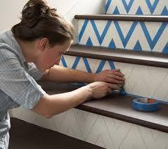Estampa chevron  na escadaria. Desenhe a estampa e cole fitas adesivas para ajudar na pintura.