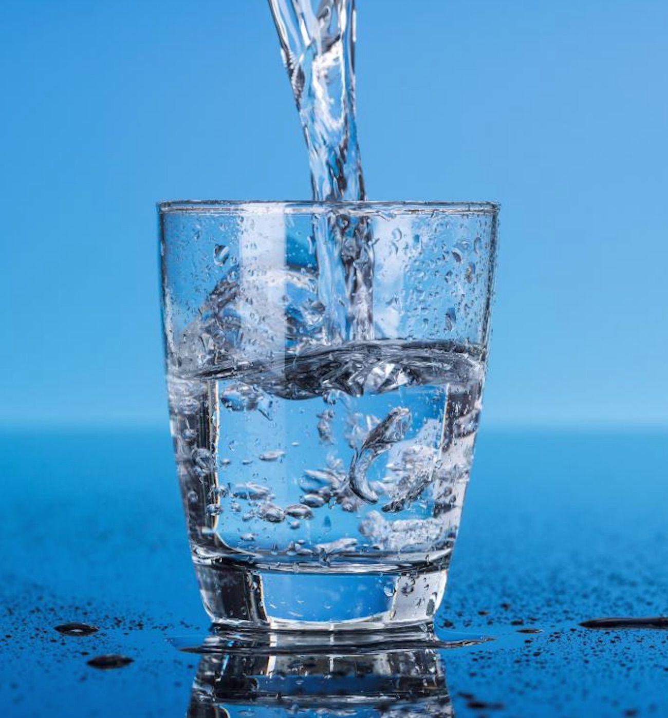 El agua es esencial para la vida. Pero, ¿beber más agua en verdad acelera la pérdida de grasas? ¿Y qué clase de agua es la segura para su consumo? Muchos expertos recomiendan beber al menos 8 vasos de agua al día, y hasta la mitad de tu peso corporal en gramos de agua al día. …