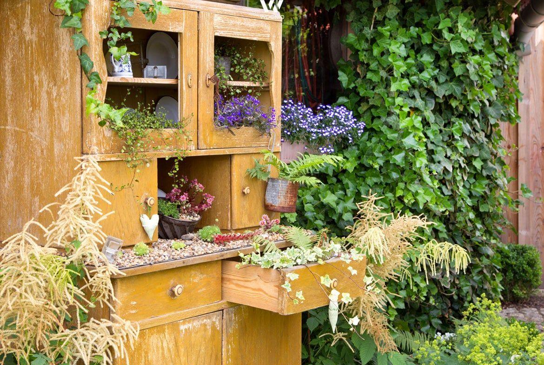 Der alte Schrank findet im Garten ganz neue Verwendungsmöglichkeiten