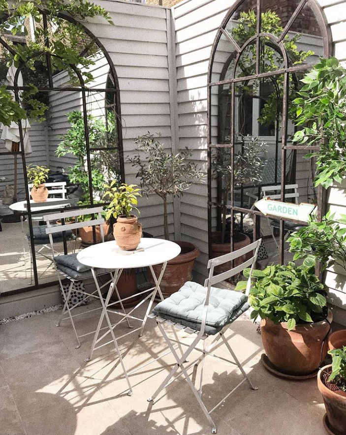 How to style small spaces: courtyard gardens - The Frugality Blog #smallcourtyardgardens