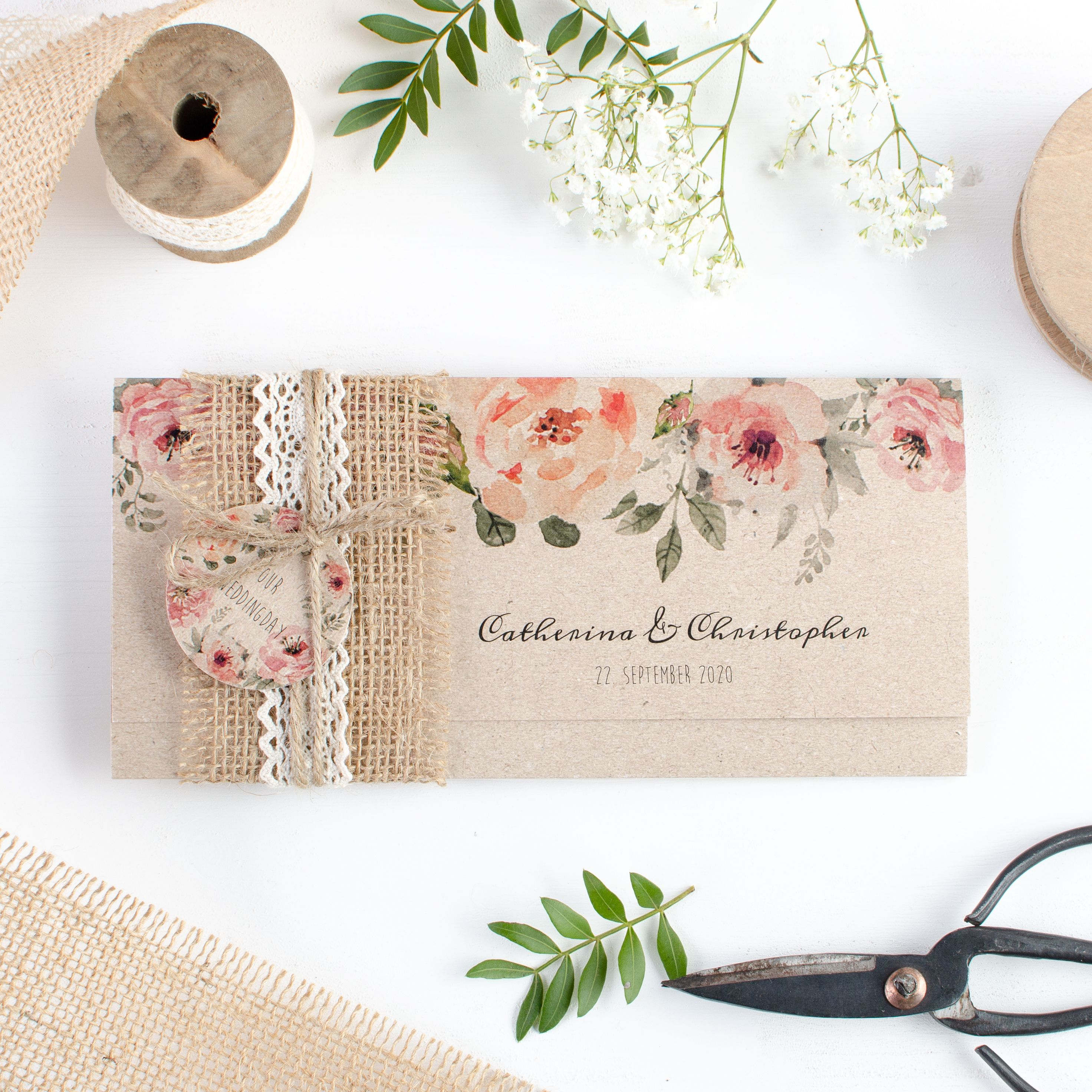 Photo of Invitación de boda de estilo vintage de papel kraft con flores